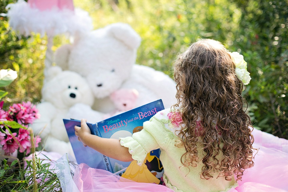 little-girl-reading-912380_960_720